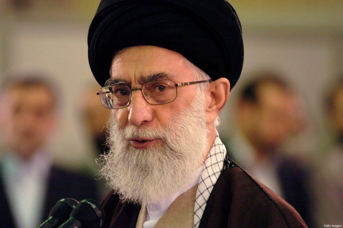 """El líder religioso supremo de Irán, el ayatolá Sayed Ali Khamenei, habla después de emitir su voto en las elecciones para el octavo """"majlis"""" o parlamento el 14 de marzo de 2008 en Teherán, Irán [Scott Peterson / Getty Images]"""