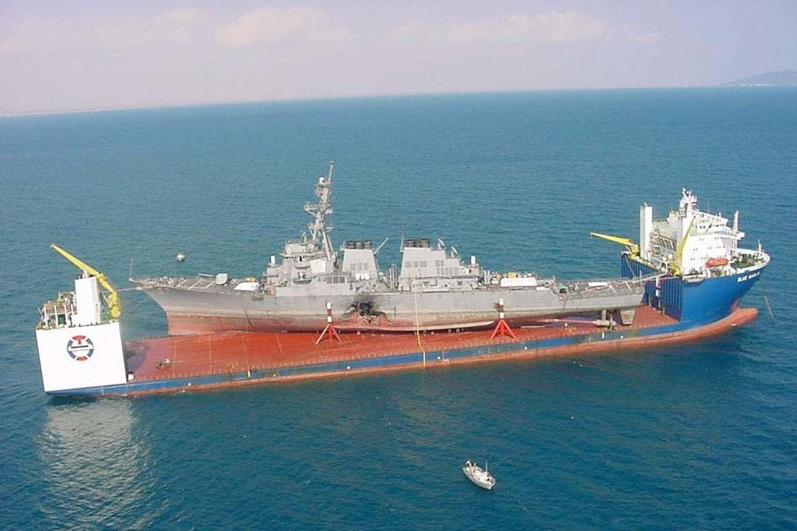 MV Blue Marlin llevando USS Cole [Wikipedia]
