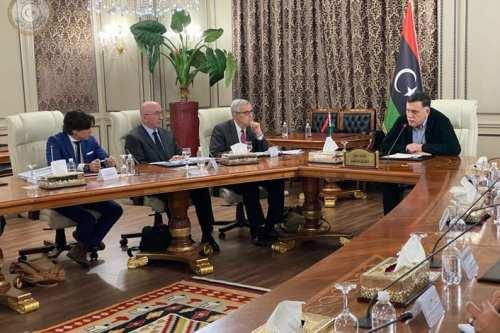 Al-Sarraj con la delegación de seguridad de Estados Unidos, mientras…