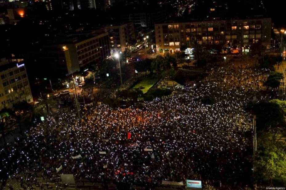 Los israelíes se reúnen para hacer una manifestación, mientras observan el distanciamiento social, para protestar contra el plan de anexión de Israel para los asentamientos ilegales en la Ribera Occidental y el Valle del Jordán, en Tel Aviv, Israel, el 6 de junio de 2020 [Agencia Nir Keidar / Anadolu].