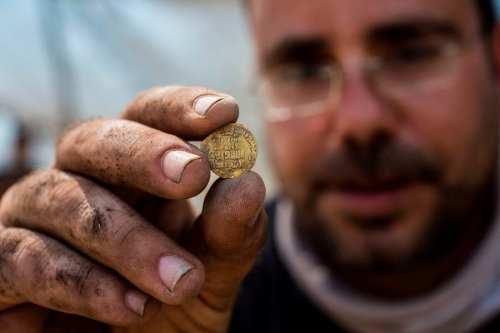 Arqueólogos Shahar Krispin en Israel el agosto 18, 2020 [HEIDI LEVINE/POOL/AFP/Getty Images]