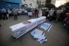 Los palestinos protestan frente a la oficina de la UNESCO en Gaza contra el acuerdo de normalización de Bahrein con Israel [Mohmmed Asad/Middle East Monitor].