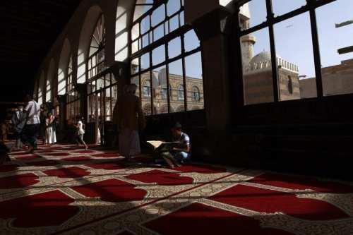 Los yemeníes pasan tiempo en la Gran Mezquita en la ciudad vieja de la capital Sanaa, durante el sagrado mes de ayuno del Ramadán, el 7 de junio de 2016 [MOHAMMED HUWAIS/AFP vía Getty Images]