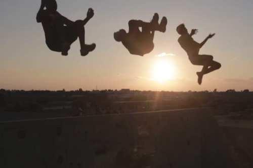 Los practicantes de parkour en Gaza convierten la destrucción en…