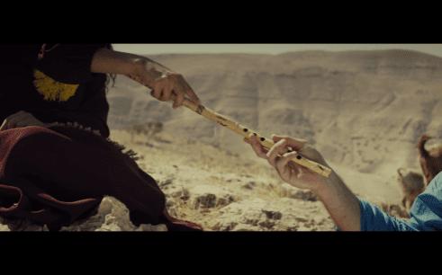 La pastora le entrega su ney a Dawood, en una imagen que simboliza 'La creación de Adán', de Miguel Ángel.