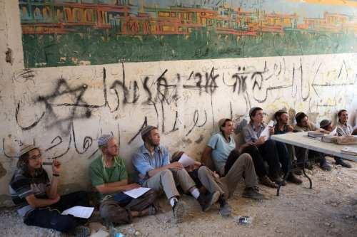 Colonos israelíes regresan a un asentamiento abandonado en el norte…