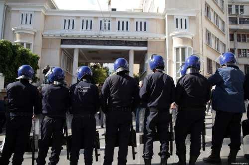 Un tribunal argelino condena a una activista del movimiento popular…