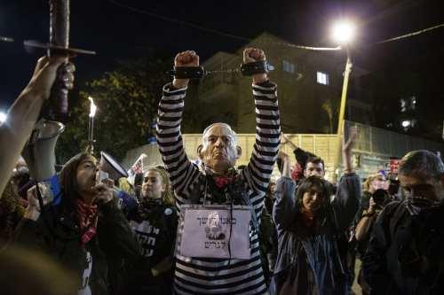 Un tribunal israelí aplaza la fecha del juicio de Netanyahu…