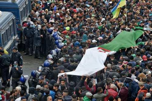 Miles de personas se concentran en Argelia en el segundo…