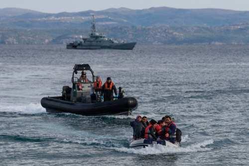 Guardacostas griegos intentan prender fuego a un solicitante de asilo