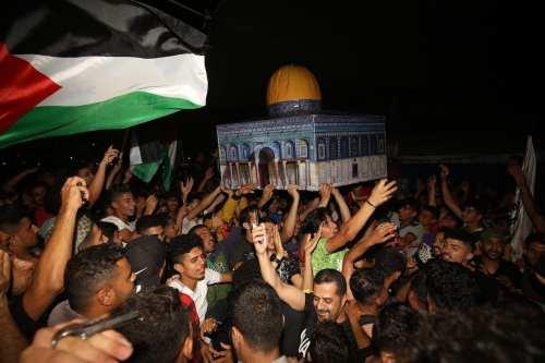 Los palestinos celebran la entrada en vigor del alto el…