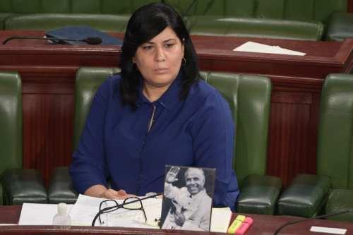 Una diputada tunecina se sienta en el Parlamento con un…