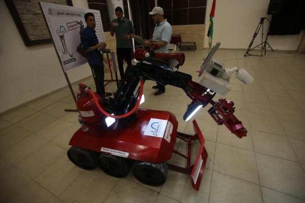 Los palestinos de Gaza muestran creaciones innovadoras que ayudan a mejorar su vida bajo el asedio y a superar la limitación de los cierres que les impone la ocupación [Mohammed Asad/Middle East Eye].