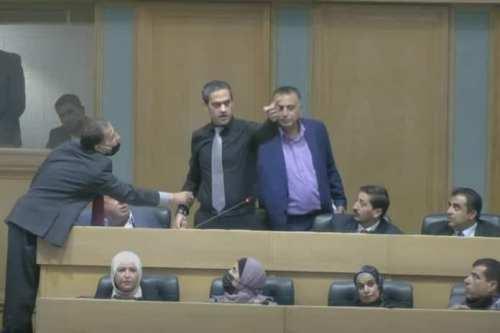 Ataque a la policía jordana; testigos citan la ira por…