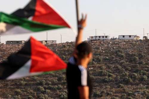 El ejército israelí dispara a un joven palestino en la…