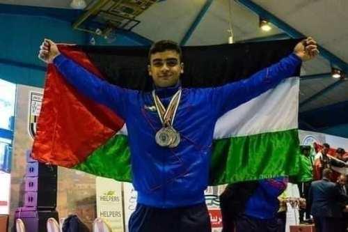El primer levantador de pesas palestino que competirá en los…