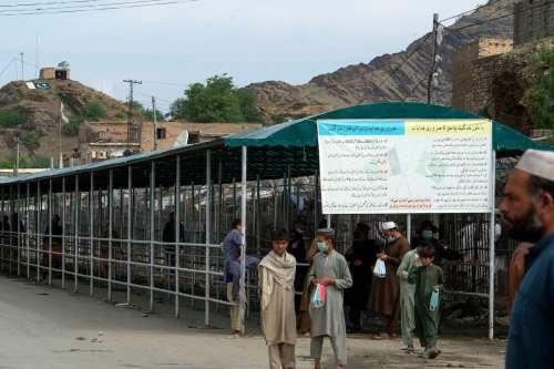 Los talibanes toman un paso fronterizo clave de Afganistán con…