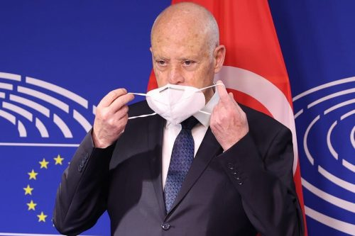 El presidente de Túnez destituye al gobierno y congela el…
