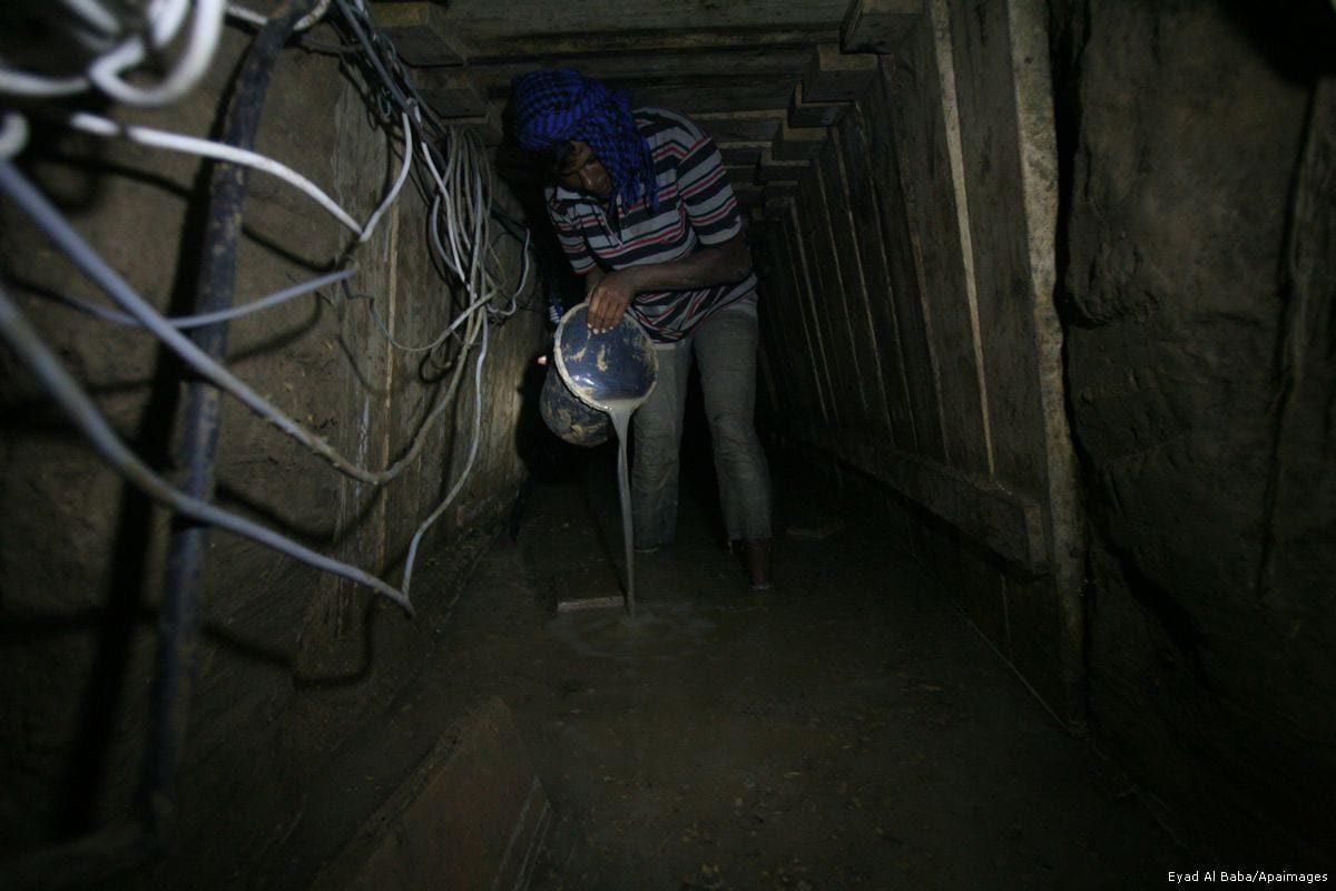 Palestina-Israel. Situación y condiciones en la zona. - Página 16 2013_9_10-A-Palestinian-tunnel-worker-uses-a-bucket-to-empty-water-from-a-smuggling-tunnel-dug-beneath-the-Gaza-Egypt-border-in-RafahEB_00-8