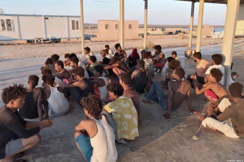 En Libia, migrantes se refugian en una casa de acogida…