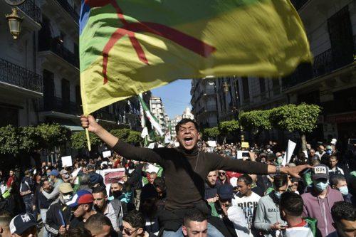 Los manifestantes de Argelia se enfrentan a la policía por…