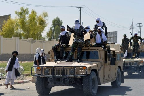 Los talibanes exhiben equipo militar estadounidense en Kandahar