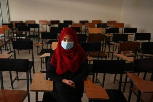 Una cortina divide a los estudiantes masculinos y femeninos en…