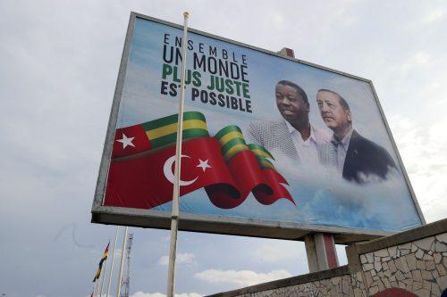 El presidente turco es recibido en Togo con una ceremonia…