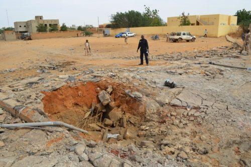 Los atentados de Al Qaeda amenazan la única carretera que…