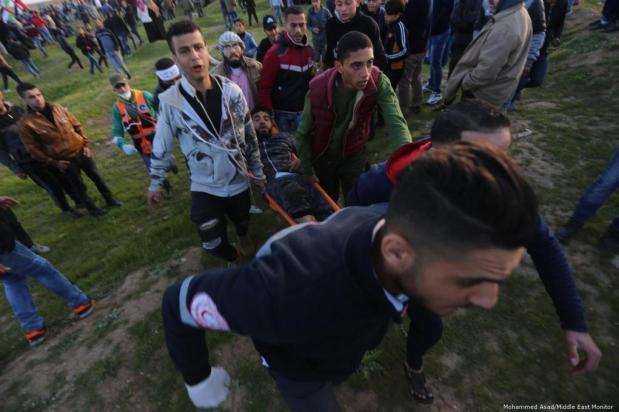 Exército israelense atira contra palestinos durante a Grande Marcha do Retorno, em 22 de fevereiro de 2019 [Mohammed Asad/Middle East Monitor]