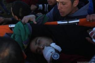 Paramédicos carregam uma criança ferida após soldados israelenses atirarem contra palestinos durante a Grande Marcha do Retorno, em 8 de fevereiro de 2019 [Mohammed Asad/Middle East Monitor]