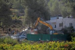 Tratores israelenses demolem a casa ainda em obras do palestino Ali Mohammad al-Allami, sob alegação de falta de alvará, no distrito de Beit Ummer, em Hebron (Al-Khalil), Cisjordânia, 3 de outubro de 2019 [Mamoun Wazwaz/Agência Anadolu]