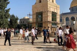 Centenas de colonos israelenses invadiram a mesquita Al-Aqsa em Jerusalém na última quinta-feira para o feriado judaico de Sucot [Kudüs İslami Vakıflar İdaresi/Folder/Anadolu Agency]