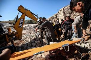 Membros da defesa civil conduzem operação de busca e resgate entre os escombros de residências locais, após forças da Rússia e do regime de Assa executarem ataques aéreos contra a cidade de Mellace, em Idlib, Síria, 17 de novembro de 2019 [Izeddin Idlibi/Agência Anadolu]