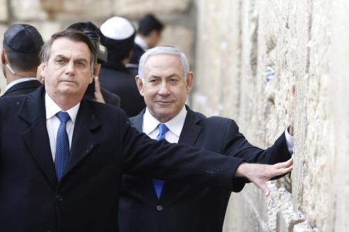 O presidente brasileiro Jair Bolsonaro e o primeiro-ministro israelense Benjamin Netanyahu tocam o muro das lamentaçõesl, o local mais sagrado onde os judeus possam orar, na Cidade Velha de Jerusalém, em 1º de abril de 2019. [Menahem Kahana/Pool/AFP/Getty]