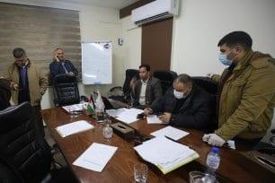 Médicos de Gaza discutem os últimos avanços da pandemia de coronavírus, na Faixa de Gaza, 21 de março de 2020 [Mohammed Asad/Monitor do Oriente Médio]