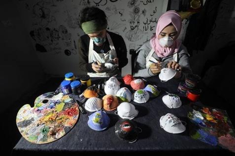 Artistas criam e decoram máscaras e as distribuem gratuitamente, como contribuição para preservar e proteger a sociedade (Monitor do Oriente Médio - Facebook, 2020)