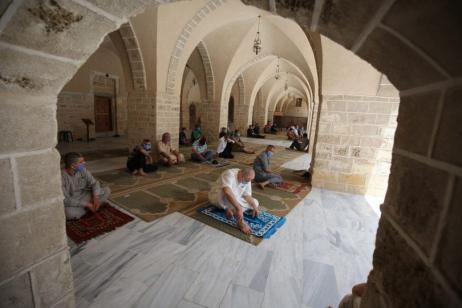 Os fiéis ficaram socialmente distanciados e não oraram lado a lado como seria a norma. [Mohammed Asad / Oriente Médio Monitor]