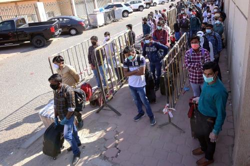 Milhares de indianos e egípcios podem ser deportados se Kuwait nacionalizar empregos