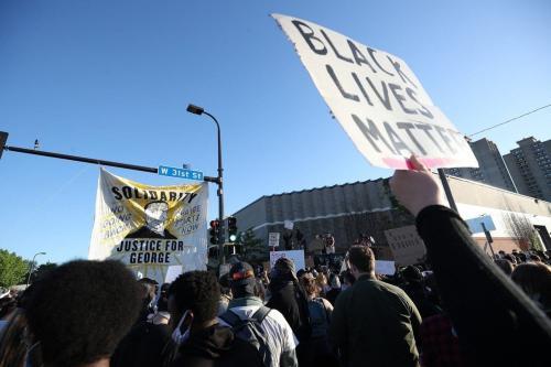 Manifestantes protestam em resposta à morte de George Floyd, cidadão americano negro sufocado até a morte por policiais, em Minneapolis, Estados Unidos, 30 de maio de 2020 [Tayfun Coskun/Agência Anadolu]