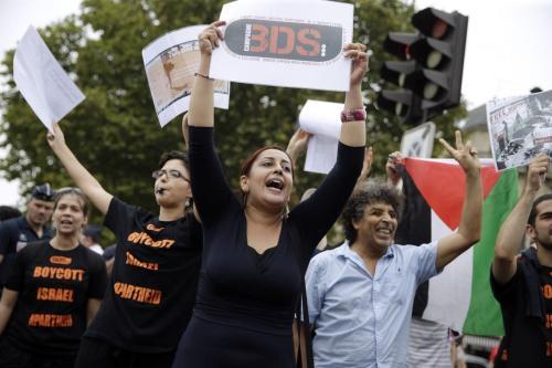 Manifestantes apoiando o movimento de Boicote, Desinvestimento e Sanções (BDS) em Paris, França, em 13 de agosto de 2015 [ Kenzo Tribouillard/ AFP / Getty Images]