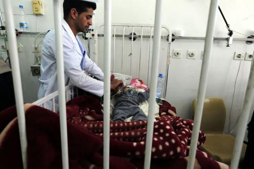 Um médico examina um bebê no Hospital Sabaeen, em Sana'a, Iêmen, 18 de janeiro de 2017 [Mohammed Hamoud/Agência Anadolu]