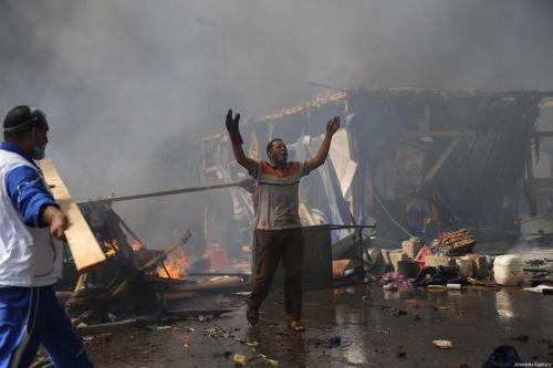 Homem egípcio em desespero durante violenta repressão das forças de segurança do país ao protesto pacífico na Praça Rabaa al-Adawiyya, Cairo, capital do Egito, 14 de agosto de 2013 [Mohammed Elshamy/Agência Anadolu]