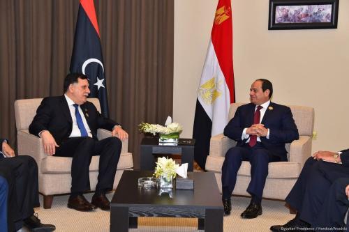 Chefe do Conselho Presidencial da Líbia Fayez al-Sarraj (à esquerda) encontra-se com o Presidente do Egito Abdel Fattah el-Sisi, como parte da 28ª Cúpula da Liga Árabe, em Amã, Jordânia, 29 de março de 2017 [Presidência do Egito/Agência Anadolu]