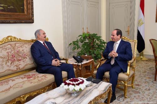O presidente egípcio, Abdel Fattah Al-Sisi, reúne-se com o comandante do exército nacional de armas Khalifa Haftar, no Cairo, Egito, 13 de maio de 2017 [Oficina do Presidente de Egito / Apaimages]