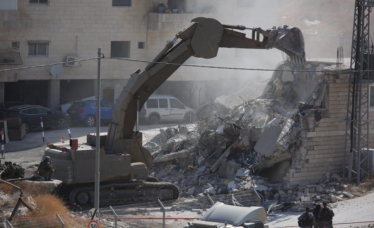 Tratores israelenses destroem um edifício de dois andares em Jerusalém Oriental, 22 de julho de 2019 [Issam Rimawi/Agência Anadolu]