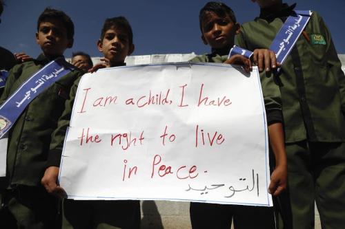 Crianças participam de manifestação no Dia Mundial da Infância, promovido pela Unicef, em frente ao edifício das Nações Unidas em Sanaa, capital do Iêmen, 20 de novembro de 2019. No cartaz: 'Sou uma criança, tenho o direito de viver em paz' [Mohammed Hamoud/Agência Anadolu]