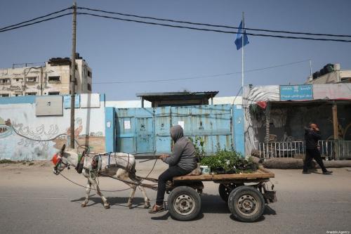 Centro de distribuição de alimentos da Agência das Nações Unidas de Assistência aos Refugiados da Palestina (UNRWA) no campo de refugiados de Al-Shanti, após ser fechado, na Cidade de Gaza, 23 de março de 2020 [Ali jadallah/Agência Anadolu]