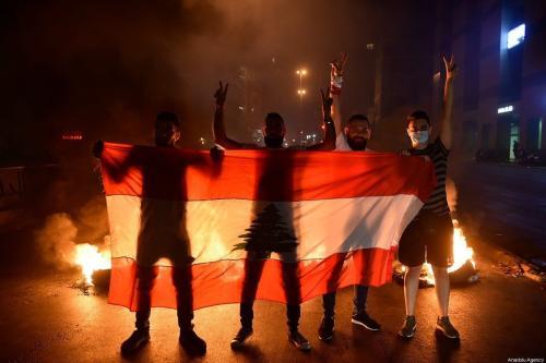 Manifestantes montam barricada e fecham estradas durante manifestação contra a severa crise econômica e cambial do Líbano, devido ao coronavírus (covid-19) e à ineficácia do governo, na Praça Riad al Sohl, na capital Beirute, em 12 de junho de 2020 [Hussam Shbaro/Agência Anadolu]