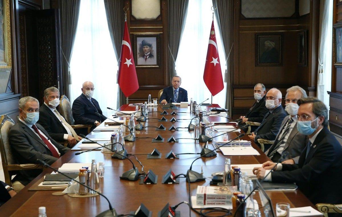 O presidente turco Recep Tayyip Erdogan ao centro, em reunião do Alto Conselho Consultivo no Complexo Presidencial em Ancara, Turquia, em 16 de junho de 2020. [Murat Kula - Agência Anadolu]